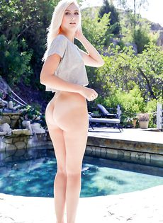Прелестная блондинка стала трогать гладко выбритую киску - фото #