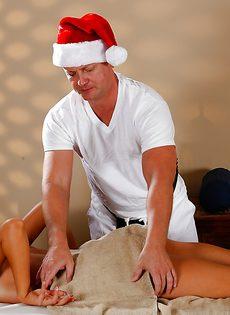 В массажном салоне грудастая брюнетка сексуально удовлетворилась - фото #