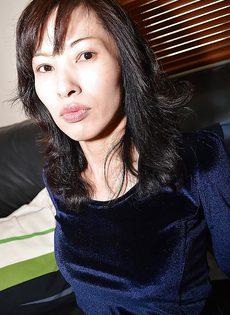 Азиатская симпатичная девчонка трогает свою вагинальную дырочку - фото #