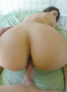 Сладострастная красавица налезла пизденкой на большой пенис - фото #