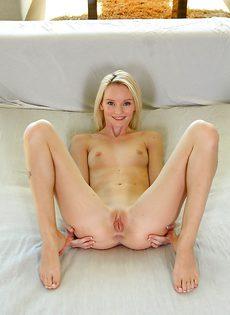 Миниатюрная красавица с гладко побритыми щелочками - фото #