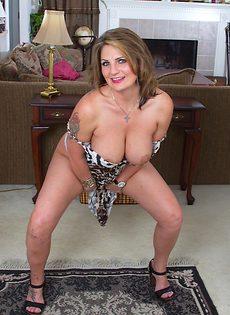 Зрелая бабенка с большой грудью трогает промежность - фото #