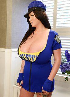 Брюнетка гладит свои очень большие дойки - фото #