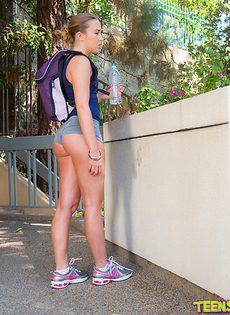 Даже на улице милашка демонстрирует свою роскошную задницу - фото #