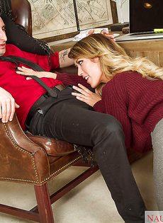 Аппетитная блондинка со спермой на больших сисечках - фото #
