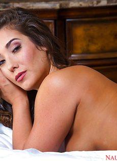 Эротичная девчонка в сексуальных чулочках лежит на кроватке - фото #