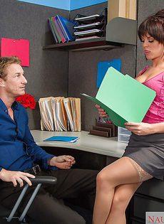Миленькая секретарша сделала горячий минет своему начальнику - фото #