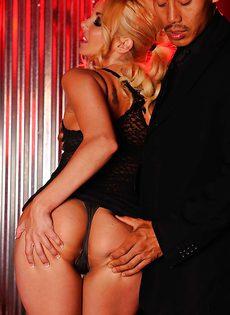 Отпорол намасленную сексапильную блондинку с упругой попой - фото #