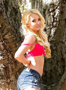 Голая блондинка на природе сама себя фотографирует - фото #