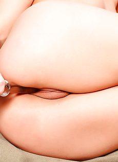 Куколка в красивых чулках горячо мастурбирует промежность - фото #