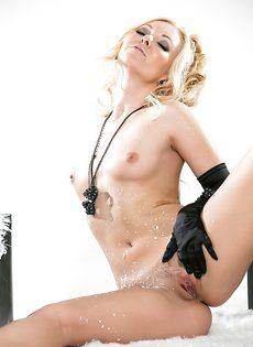 Блондинистая потаскушка занимается страстной мастурбацией письки - фото #