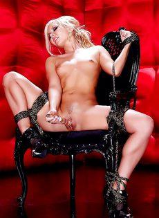 Глубоко вставила секс игрушку в мокренькую вагинальную дырку - фото #