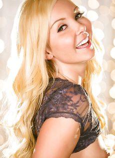 Восхитительная блондиночка осталась без трусиков - фото #