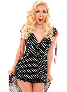 Веселая сучка на каблуках и в платье в горошок - фото #