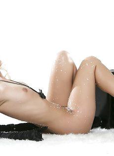 Похотливая девчонка мечтает о бурном сексе с мускулистым парнем - фото #