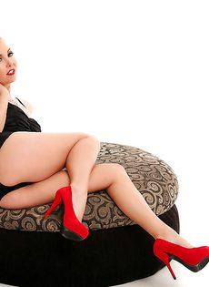 Красавица в красных туфлях продемонстрировала красивую грудь - фото #
