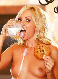 Миниатюрная красавица облила свое голое тело молоком - фото #