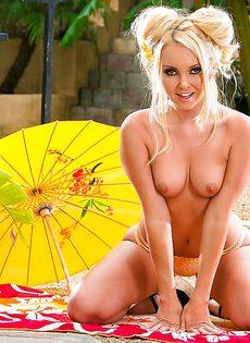Красивая и страстная мастурбация блондинистой девчушки - фото #