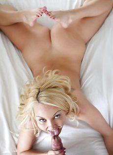 С улыбкой на лице молодая бикса полирует большой пенис - фото #