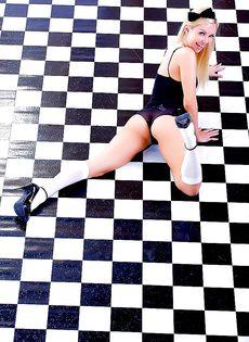 Молоденькая девчонка обнаженной лежит на полу - фото #