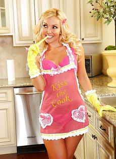 Белокурая домохозяйка на кухне может только мастурбировать - фото #