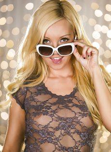 Разгоряченная блондинка выставляет напоказ сладенькую пилотку - фото #
