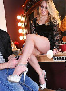 После крутого траха кончил очаровательной девушке на ножки - фото #