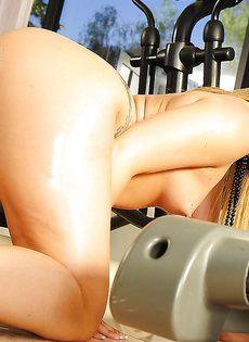 Аппетитная задница сногсшибательной молоденькой девушки - фото #