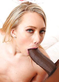 Здоровенный шоколадный пенис погружает в рот классная сучка - фото #