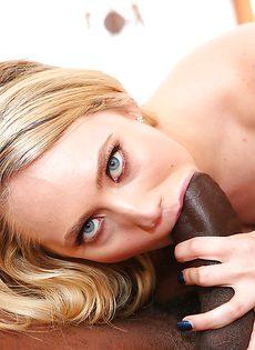 Сексапильная деваха берет за щечку очень большой черный хрен - фото #