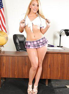 Молоденькая студентка развлекается с очень большими секс игрушками - фото #
