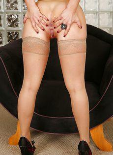 Красавица сняла трусики и широко раздвинула ножки - фото #