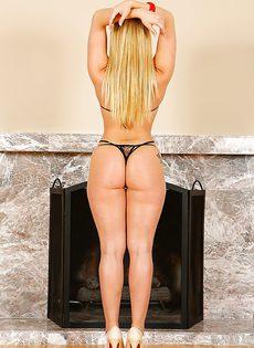 Шикарная блондинка с длинными волосами показала большую попку - фото #