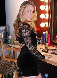 Блондинка сняла розовые трусы и продемонстрировала вагину - фото #