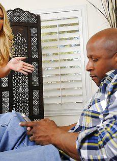 Огромный черный пенис удивил сексапильную блондиночку - фото #