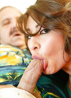 Зрелый мужик смог доставить удовольствие молоденькой телке - фото #