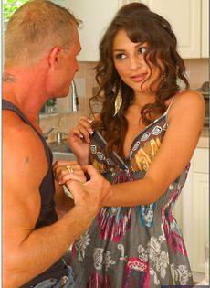 Длинноволосой брюнетке присунули между ножек на кухне - фото #