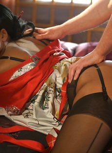 Развратная брюнетка в чулочках согласилась на половой акт - фото #