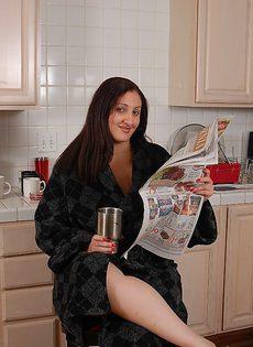 Жирная женщина на кухне потеребила волосатую вагину - фото #