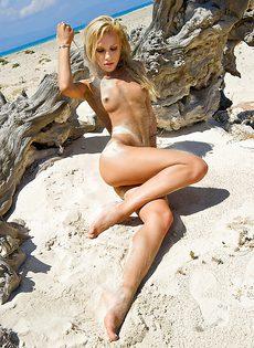 Эротика в исполнении обворожительной девушки на тропическом острове - фото #