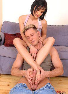 Брюнетка Abbie Cat дрочит член паренька своими ножками - фото #