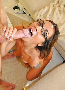 Латиноамериканской сучке в очках после секса кончили на лицо - фото #