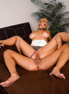 Девку с большой грудью усердно прут в мокрое влагалище - фото #