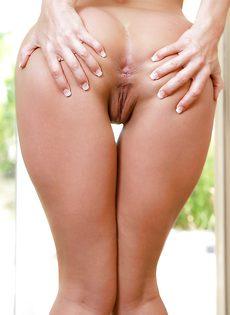Длинноногая потаскушка с фантастическим голеньким телом - фото #
