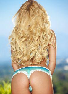 Влажную промежность нежно пальцами трет блондинка Aaliyah Love - фото #
