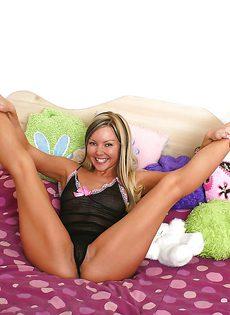 Маленькой секс игрушкой милашка Aaliyah Love по мастурбировала - фото #