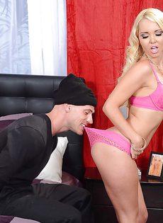 Во время секса запихнул блондиночке трусики в рот - фото #