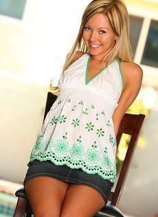 Обнажается превосходная молоденькая блондинка - фото #