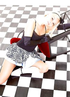На полу лежит обнаженная симпатичная девчонка - фото #