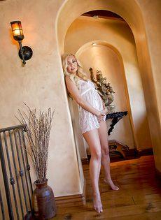 Замечательные порно фото стройной блондинки Aaliyah Love - фото #